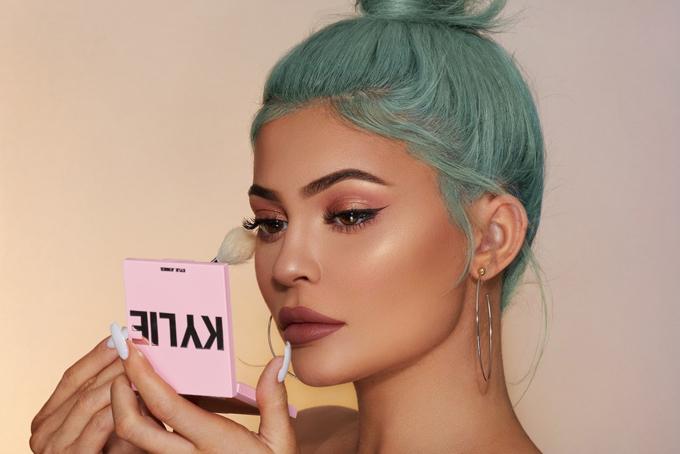 Học hỏi người chị nổi tiếng, Kylie Jenner cũng xây dựng hình ảnh bốc lửa như Kim. Cô khởi xướng rất nhiều trào lưu hot trong giới trẻ từ cách ăn mặc, trang điểm, làm tóc, đặc biệt là đôi môi dày nhờ tiêm chất làm đầy của cô trở thành tiêu chuẩn khiến nhiều người học theo. Những bức hình lung linh trên mạng xã hội của cô thu hút hàng trăm triệu lượt người theo dõi. Nhờ đó, cô được trả 1 triệu USD cho mỗi bài đăng quảng cáo trên Instagram với 175 triệu lượt theo dõi của mình. Ảnh: Instagram.
