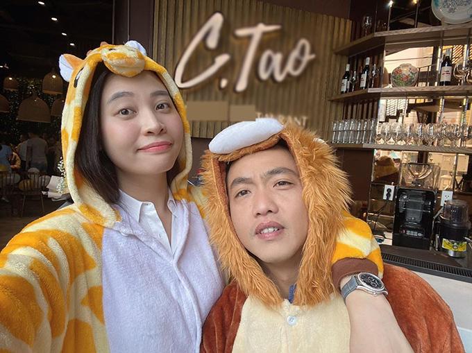 Vợ chồng Cường Đôla - Đàm Thu Trang mặc trang phục ngộ nghĩnh, nhí nhảnh pose hình trong tiệc sinh nhật.