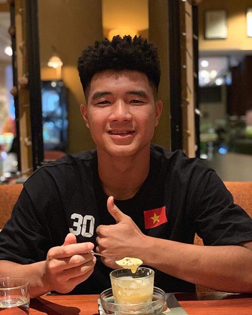 Cầu thủ Hà Đức Chinh gây chú ý khi đăng ảnh khoe kiểu tóc mới. Nam tiền đạo mới đây được HLV Park chọn có mặt trong danh sách 20 người dự môn bóng đá nam SEA Games 2019 tại Philippines.