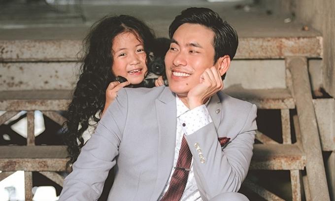 Kiều Minh Tuấn và con gái Ngân Chi trong bộ ảnh giới thiệu phim.