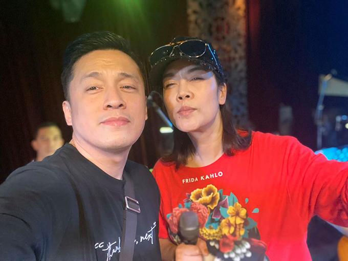 Hôm nay gặp lại Phương, hai đứa lại có dịp hát chung cùng nhau, Lam Trường tiết lộ khi chụp chung cùng ca sĩ Thu Phương.
