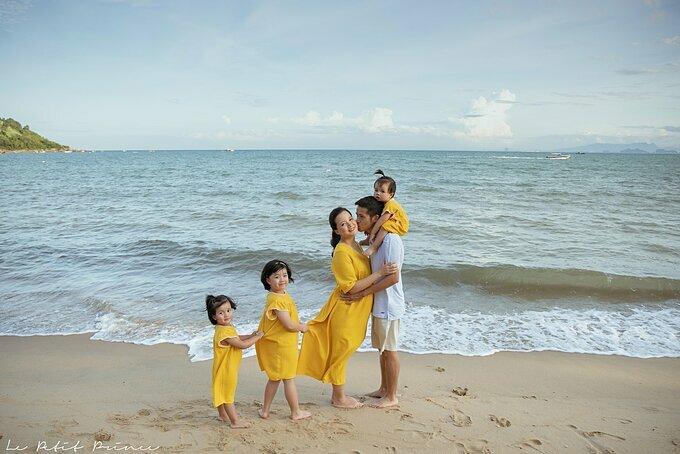 Vợ chồng Minh Trang bên 3 cô con gái.