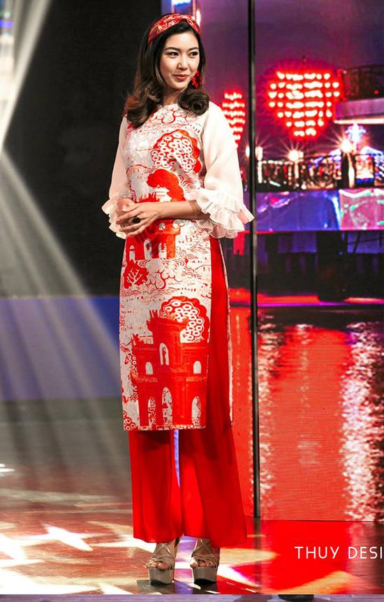 Thuý Ngân diện áo dài Thuỷ Nguyễn trình diễn trong chương trình Tình Xuân.