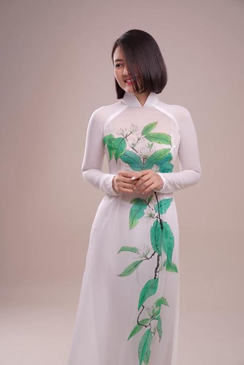 Diễn viên Ngọc Lan khoe ảnh áo dài có nhành hoa Ngọc Lan được một người bạn tặng và cho biết suýt nữa cũng nghề giáo.
