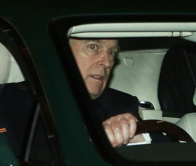 Hoàng tử Andrew lái xe đến Điện Buckingham tối 19/11. Ảnh: The Sun.