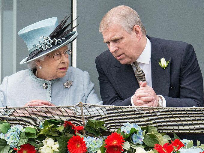 Nữ hoàng và Hoàng tử Andrew trò chuyện trong một sự kiện năm 2015. Ảnh: People.