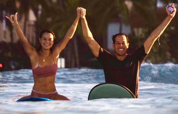 Cặp đôi hạnh phúc sau màn cầu hôn dù chiếc nhẫn đã rơi xuống biển. Ảnh: AP.