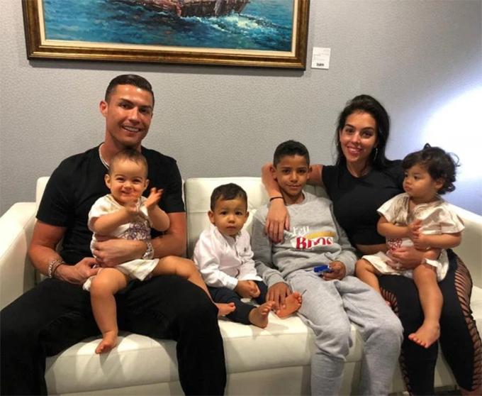 C. Ronaldo cùng bạn gái và 4 đứa con. Ảnh: Instagram.