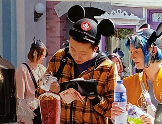 Truyền thông Hong Kong ghi lại cảnh con rơi Thành Long - Ngô Trác Lâm và bạn đời Andi đi chơi công viên Disney Land, Hong Kong hôm 20/11.Cả hai trông rất vui vẻ, phấn chấn. Trác Lâm trông mập mạp hơn trước, trong khi Andi dường như đã khỏe hơn sau thời gian liên tục ra vào viện. Trác Lâm trực tiếp rút tiền mặt ra trả khi thanh toán mũ, đồ ăn trong Disney Land, dường như kinh tế của hai vợ chồng đã bớt eo hẹp so với trước.