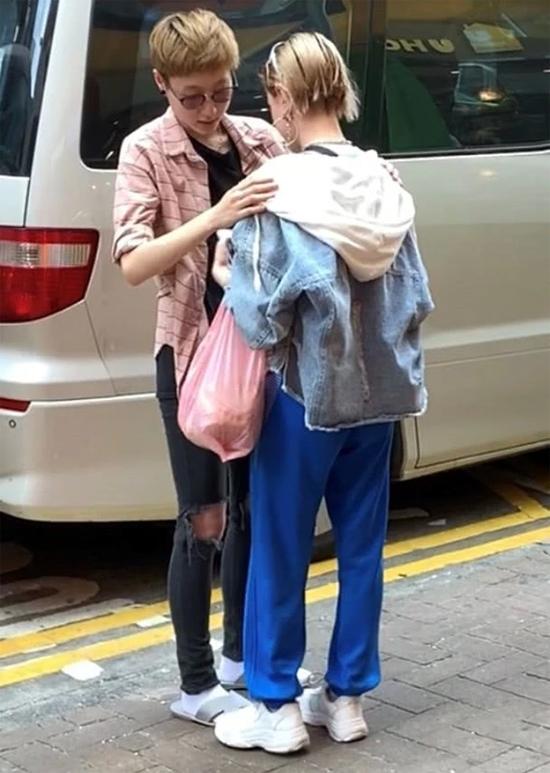 Trong một hình ảnh được ghi lại trước đó ít ngày, Andi được Trác Lâm chăm sóc rất chu đáo, cả hai cài áo khoác cho nhau trên phố.
