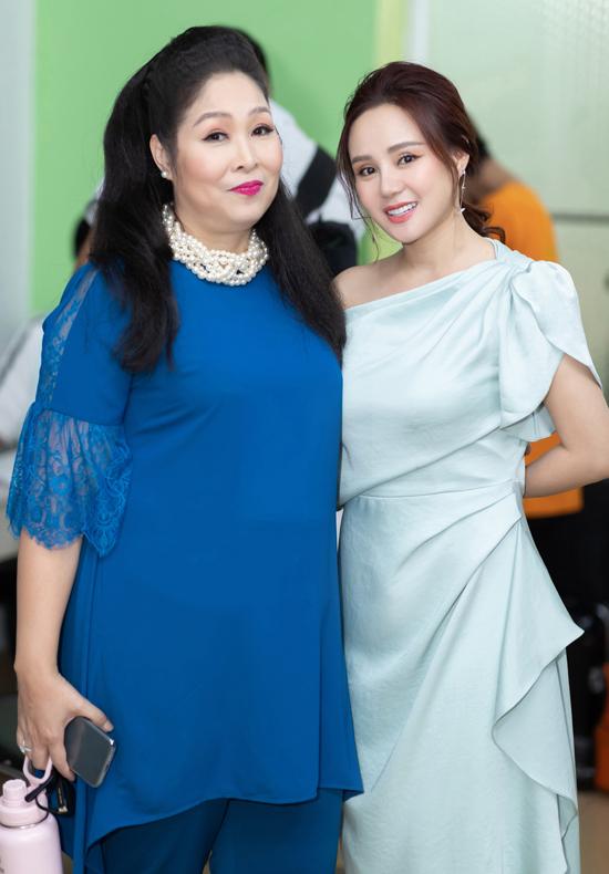 Vy Oanh thích cách trò chuyện dí dỏm, thân tình của nghệ sĩ Hồng Vân.