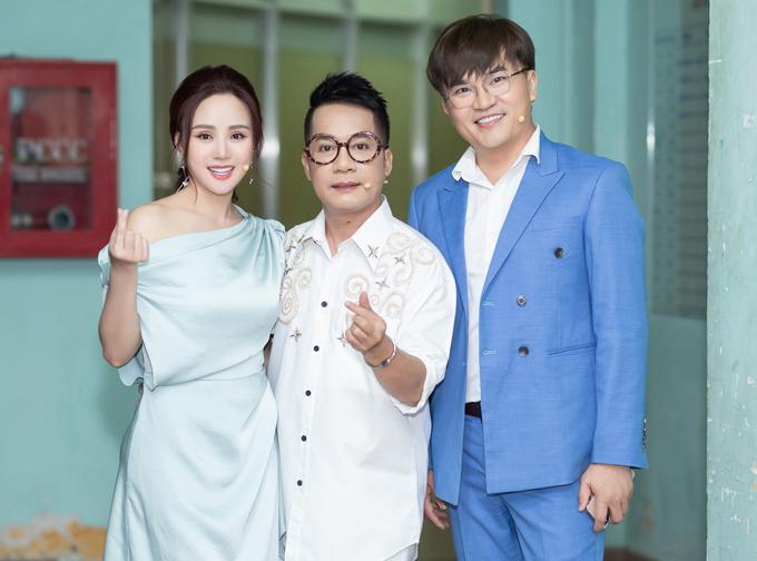 Nghệ sĩ Minh Nhí và MC Đại Nghĩa chụp ảnh cùng nữ ca sĩ trong hậu trường.