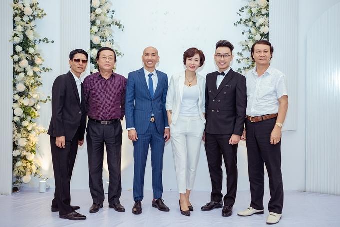 Dàn diễn viên bên vợ chồng nghệ sĩPhú Lê - Thúy Kiều (vest xanh và trắng ở giữa) là giám đốc đầu tư phim.