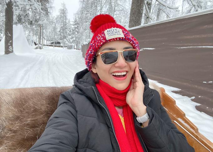 Cô được trải nghiệm cảm giác ngồi xe tuần lộc dạo chơi vòng quanh ngôi làng tuyết.