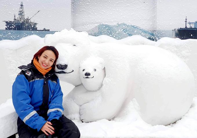Ngọc Diễm chụp ảnh với những đụn tuyết được tạo hình thành các chú gấu trắng Bắc Cực.