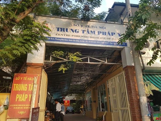 15h chiều 21/11 gia đình Đỗ Thị Mai Quyên có mặt tại trung tâm pháp y để nhận diện thi thể.