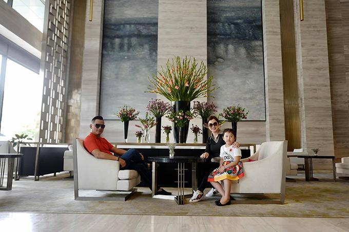 Vợ chồng Đức Hải - Jennifer Phạm đưa bé Na đi chơi.
