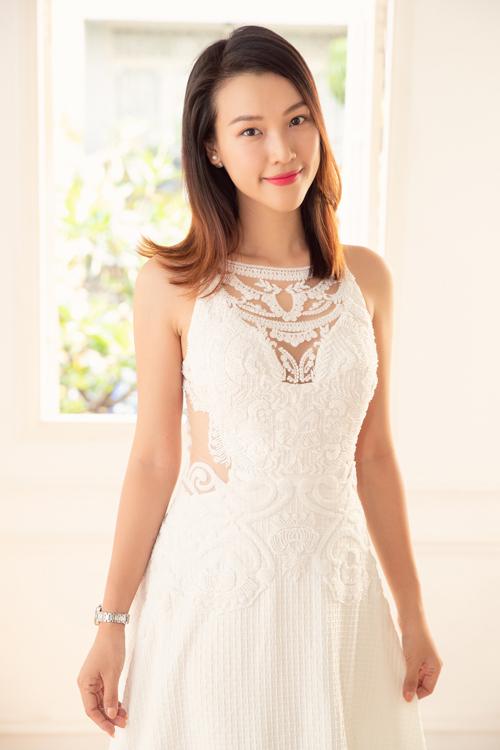 Cận kề dịp hỷ sự, Á hậu Hoàng Oanh đã hé lộ những hình ảnh ở buổi thử váy cưới ở showroom của NTK Trương Thanh Hải - người anh thân thiết đã đồng hành với người đẹp nhiều năm qua.
