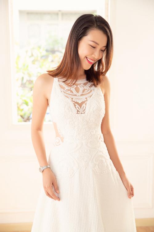 Cô dâu mới lần lượt thử những thiết kế váy cưới có đường nét tinh tế, mang đậm phong cách, dấu ấn cá nhân của Trương Thanh Hải. Bộ váy giúp Hoàng Oanh khoe khéo đường cong gợi cảm và toát lên thần thái tươi trẻ.