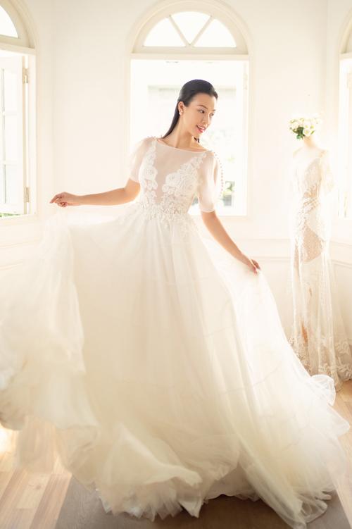 Phần tay váy phồng gợi nhắc về thời trang phương Tây thập niên 1960. Chân váy xòe nhẹ nhàng tạo sự thướt tha cho nàng dâu lúc di chuyển.