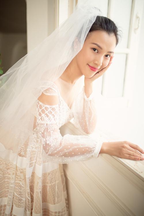 Váy được kết hợp với phụ kiện voan cưới đơn giản, không họa tiết.