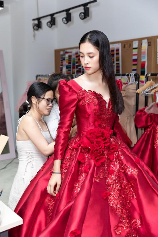 Bộ váy dạ hội tông đỏ tươi, đính kèm họa tiết hoa nổi được chuẩn bị riêng cho hoa hậu Tiểu Vy.