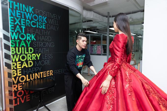 Đây là thứ hai Tiểu Vy góp tại Asian Kids Fashion Week, cô rất hào hứng khi xuất hiện trong vị trí vedette ở show thời trang thiếu nhi hoành tráng.