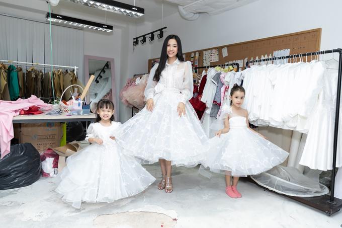 Á hậu Thúy An khoe dáng cùng hai mẫu nhí trong trang phục dạ hội trắng.