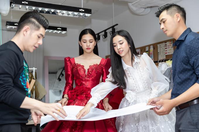 Để chuẩn bị cho sự xuất hiện của mình tại chương trình thời trang thiếu nhi, Tiểu Vy (váy đỏ) và Thúy An (váy trắng) đã có buổi làm việc cùng ban tổ chức.