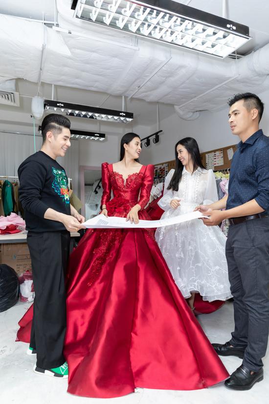 Đạo diễn Nguyễn Hưng Phúc (trái) giới thiệu về sơ đồ sàn diễn và vị trí xuất hiện của hai người đẹp.