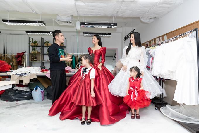 Đạo diễn Nguyễn Hưng Phúc (trang phục đen) giới thiệu sơ lược về chủ đề, nội dung của chương trình trước hai người đẹp.