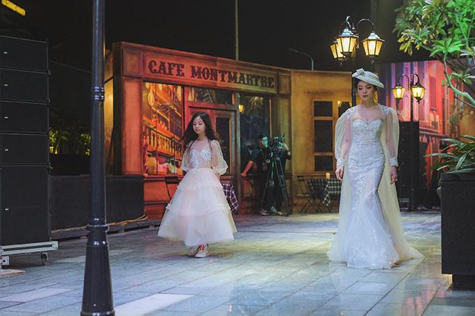 Trong khi Hồ Ngọc Hà và Kim Lý ngồi ở hàng ghế khán giả, Lệ Quyên làm người mẫu trình diễn trên sàn catwalk.
