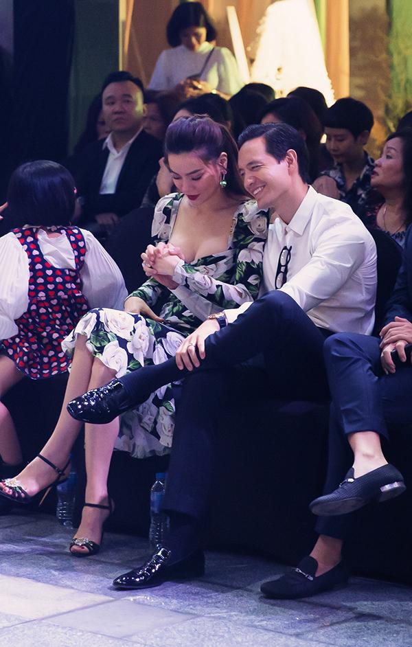 Khi ngồi hàng ghế đầu để theo dõi buổi trình diễn thời trang áo cưới, Hồ Ngọc Hà còn nắm chặt tay bạn trai.