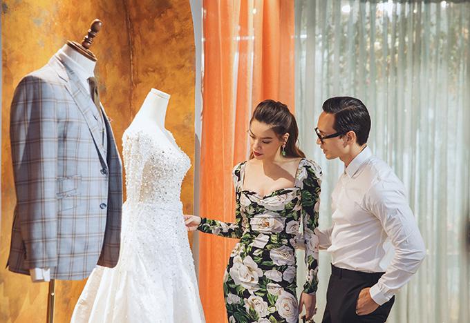 Trước khi buổi trình diễn bắt đầu, cặp đôi còn cùng nhau ngắm nghía nhiều mẫu áo cưới.