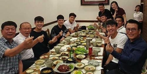 HLV Park Hang-seo ăn đồ Hàn với các tuyển thủ năm 2018.