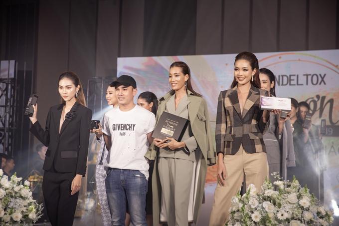 Người mẫu giới thiệu dòng sản phẩm mới của Cindel Tox tại sự kiện.