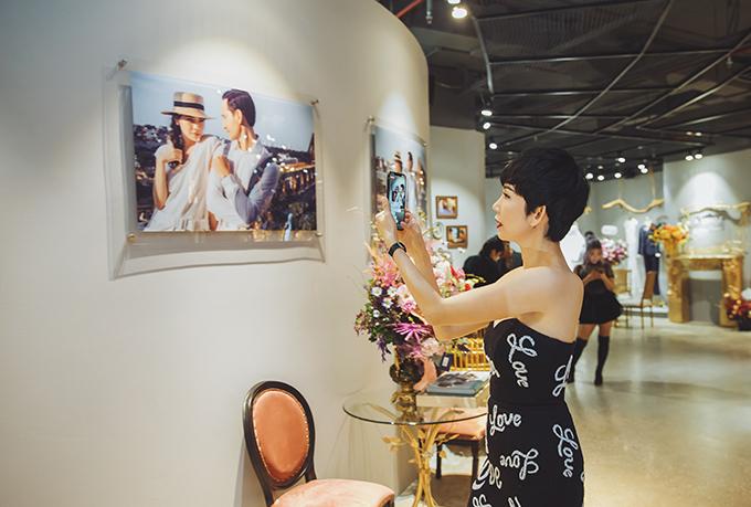 Người mẫu Xuân Lan một mình tới dự buổi triển lãm ảnh và trình diễn thời trang cưới.