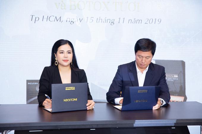 Trong khuôn khổ sự kiện cũng diễn ra lễ ký kết hợp tác giữa Giám đốc đối ngoại - Doanh nhân Vũ Thị Xuân Thuỳ với đối tác nước ngoài.