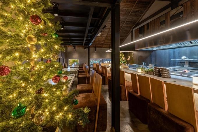 Đôi bạn chọn một nhà hàng sang nằm gần phố đi bộ Nguyễn Huệ để thưởng thức bữa tối. Sắp đến Giáng sinh nên không khí lễ hội tràn ngập khắp nơi.