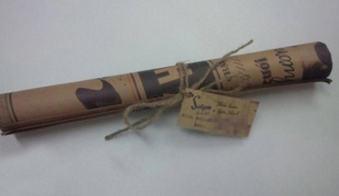 Bộ thiệp có thiết kế độc đáo, lạ mắt giống như một tờ nhật báo cũ được giữ lại từ thời xưa.