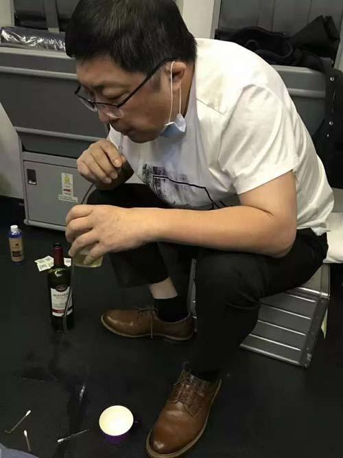 Bác sĩ Zhang hút nước tiểu liên tục trong 37 phút, cứu sống hành khách lớn tuổi trên máy bay. Ảnh: AsiaWire.