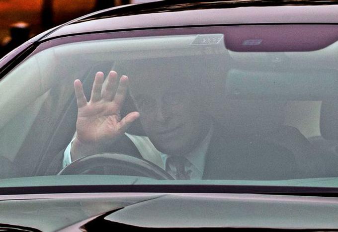 Hoàng tử Andrew vẫy tay khi đến Điện Buckingham sáng 21/11. Ảnh: PA.