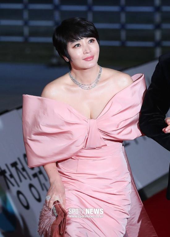 Kim Hye Soo khoe khéo vòng một gợi cảm, làn da căng mịn bất chấp tuổi tác. Nhiều năm qua, Kim Hye Soo là gương mặt quen của Lễ trao giải Rồng Xanh, cô được yêu mến vì đời tư không scandal và nỗ lực cống hiến cho nghệ thuật.