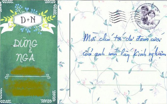 Chiếc thiệp cưới gây ấn tượng vìhình ảnh cô dâu, chú rể được vẽ bằng nét của tranh biếm họa. Hình ảnh biếm họa cô dâu chú rể cầm đàn, xách lẵng hoa đàn hát trên cánh đồng bên cạnh những chú cừu và câuLãi rồi đã thể hiện khá rõ nét tính cách hài hước của chủ nhân. Một số bạn bè của cô dâu chú rể tiết lộ phần lời mờiđược Giáo sư Xoay chăm chút viết riêng cho từng người, không ai giống ai.
