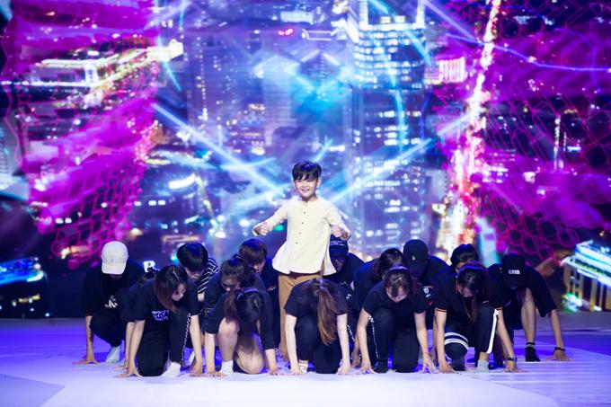 Mẫu nhí Huỳnh Phong Vinh tập luyện cùng vũ đoàn cho phần trình diễn áo bà ba.