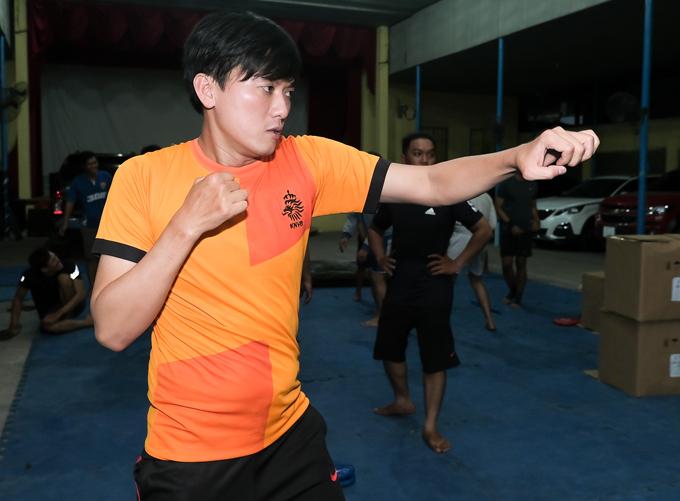 Diễn viên Quách Ngọc Tuyên tập luyện chăm chỉ ở võ đường. Anh sẽ thể hiện một số pha hành độngtrong phim mới của Lý Hải.