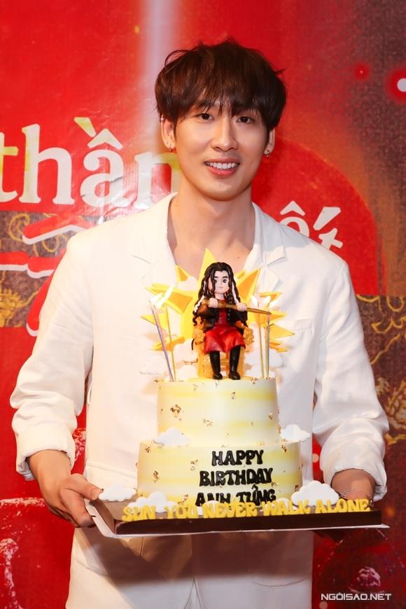 Diễn viên Tuấn Trần được fan mừng sinh nhật tại sự kiện tối 21/11.