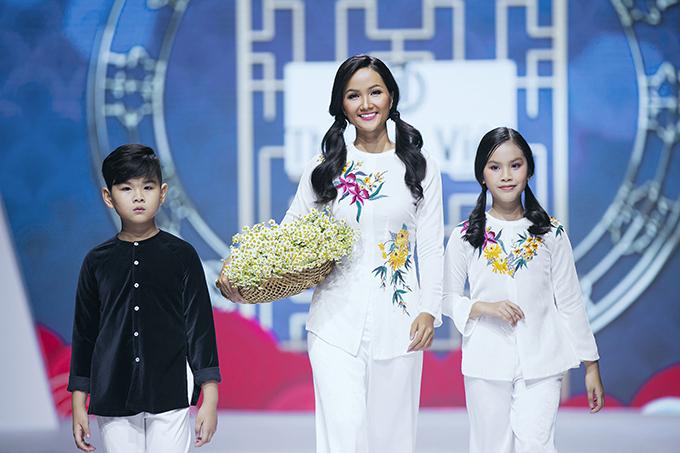 HHen Niê diễn thời trang cùng mẫu nhí
