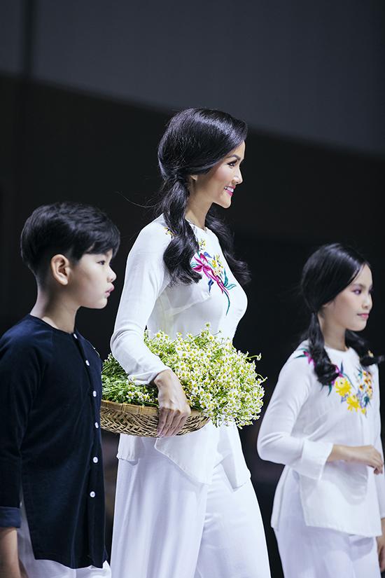 HHen Niê diễn thời trang cùng mẫu nhí - 2