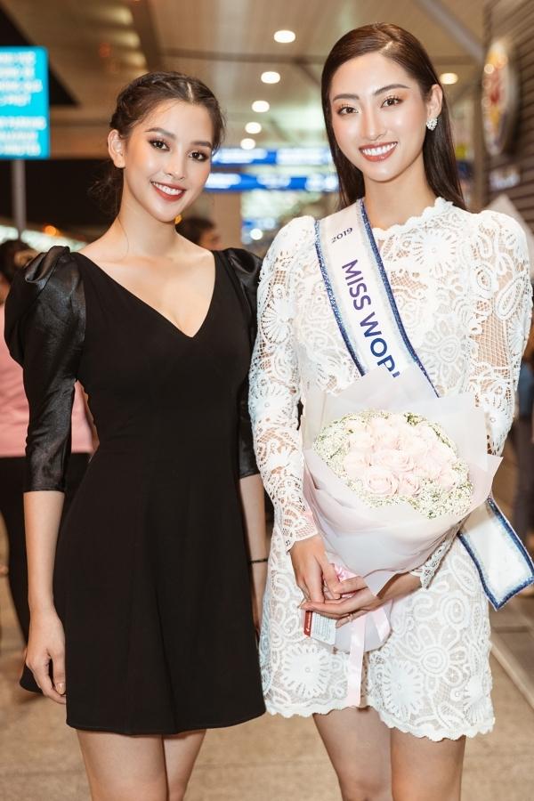 Tiểu Vy (trái) và Lương Thuỳ Linh khoe nhan sắc rực rỡ ở tuổi 19. Tiểu Vy từng dự thi Miss World 2018, lọt top 30 nên có nhiều kinh nghiệm chia sẻ cho người bạn thân thiết.